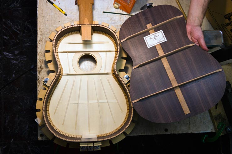 Assembly of the body of the guitar